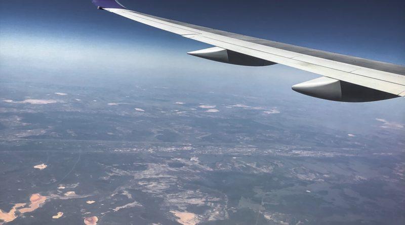 un avion que mueve las alas
